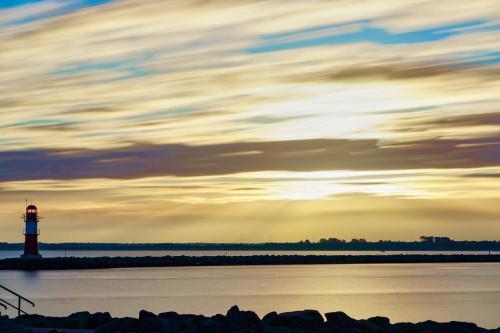Leuchtturm Ostmole Warnemünde am frühen Morgen