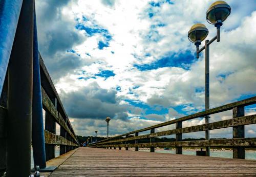 Seebrücke und Wolkenhimmel